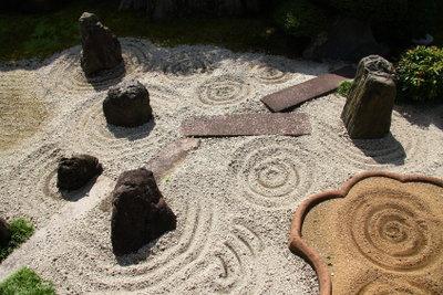 In einen Japangarten gehören geschwungene Linien.