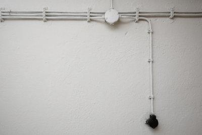 Verlegen Sie Leitungen in der Wand.
