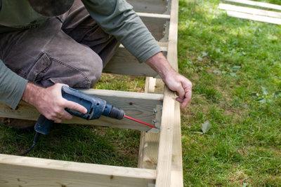 Bauen Sie eine Gartenbank selbst.