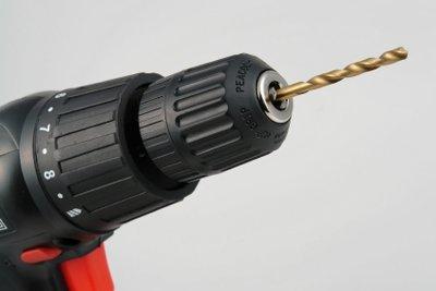 Für Gasbetondübel muss richtig vorgebohrt werden.