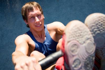 Klimmzüge trainieren, um fit zu bleiben.