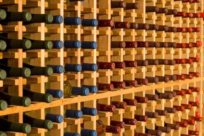 Bauen Sie aus Weinflaschen ein Regal.