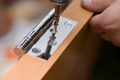 Ein klassisches Möbelband ziert den Schrank.