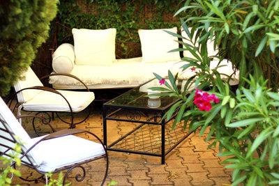 Gehölze schützen die Terrasse vor neugierigen Blicken.