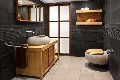 Streichen Sie Ihre Holzbadmöbel feuchtigkeitsresistent.