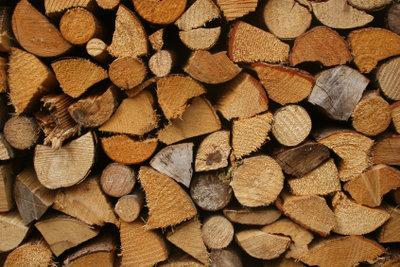 Brennholz muss vor Nässe geschützt werden.