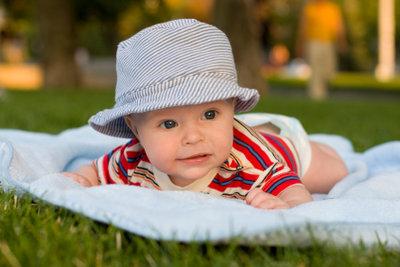 Babys genießen weiche Decken zum Kuscheln.