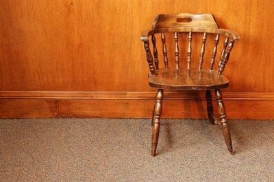 Restaurieren Sie antike Stühle selbst.
