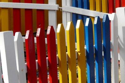 Bei der Farbgestaltung des Gartenzaunes sind der Fantasie keine Grenzen gesetzt.