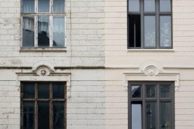 Verwitterte Holzfenster können Sie sanieren