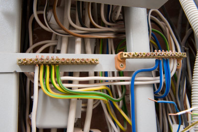 Eine komplette Elektroinstallation verursacht hohe Kosten.