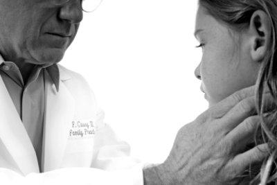Bei Halsbrennen kann ein Arzt helfen.