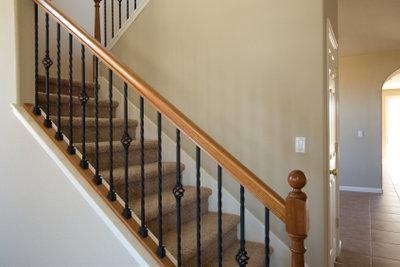 Verkleiden Sie Ihre Treppe mit Laminat.