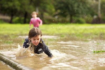 Kinder lieben Wasser und können auch in kleinen Teichen ertrinken.