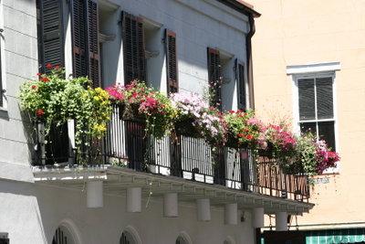 Balkone werden mit Blumen viel schöner.
