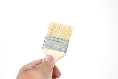 Für Lasuren einen weichen Flachpinsel benutzen.