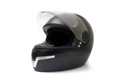 Motorradhelme können mit Aufklebern verschönert werden.