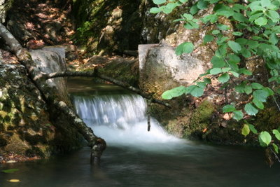 Ein Wasserfall ist ein schönes Naturschauspiel.