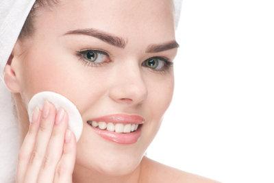 Verdecken Sie Hautunebenheiten mit einem Schwämmchen.