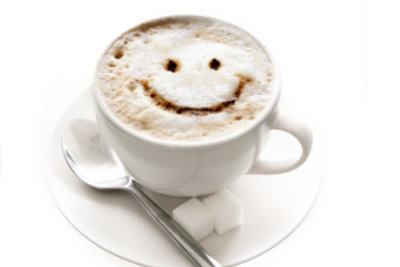 Kaffee oder Cappuccino sind beliebte Getränke am Morgen.