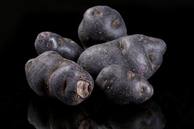 Vitelotte ist eine bekannte lila Kartoffelsorte.