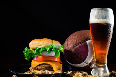 Lecker: Burger vom Grill und Bier.