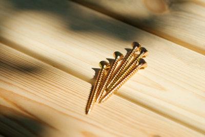 Bauen Sie Trennwände aus Holz.