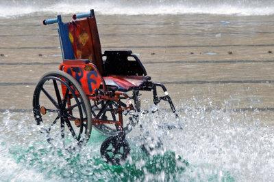 Rollstuhlfahrer wollen Ziele barrierefrei erreichen.