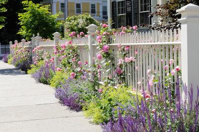 Gartenzäune kann man selber bauen.