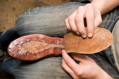 Schuhsohlen können Sie mit dem richtigen Kleber selbst wieder ankleben.