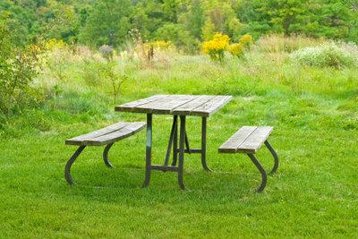 Ein Holz-Gartentisch bedarf richtiger Pflege.