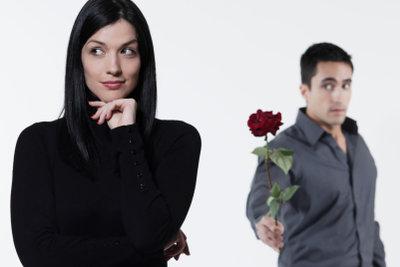 Erkennen Sie das Flirtverhalten der Männer.