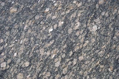 Verlegen Sie faszinierend schöne Granitplatten.
