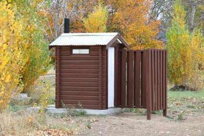 Toilettenhäuschen sind keine Alternative bei Hämorrhoiden.