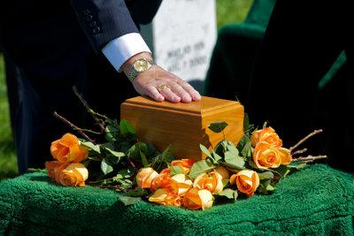 Kleiden Sie sich passend zur Beerdigung.