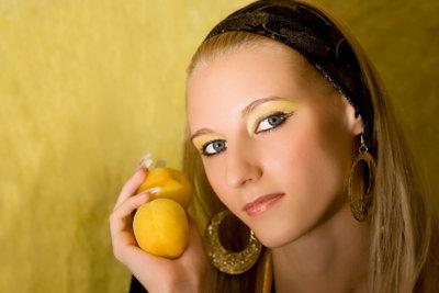 Gegen Spliss helfen natürliche Haarkuren.