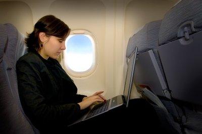 Laptops sind im Flugzeug eingeschränkt erlaubt.