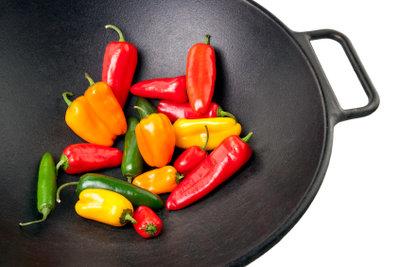 Kochen Sie asiatisch im Gusseisen-Wok.