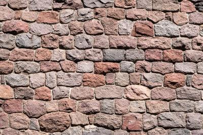 Eine Sandsteinmauer als Blickfang bauen.