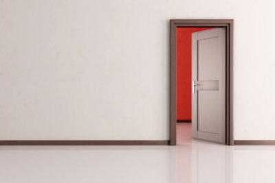 Zimmertüren sollten bei Verschleiß gestrichen werden.