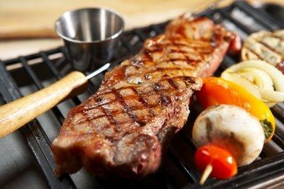 Grillfleisch vom selbstgebauten Grillkamin schmeckt fantastisch.