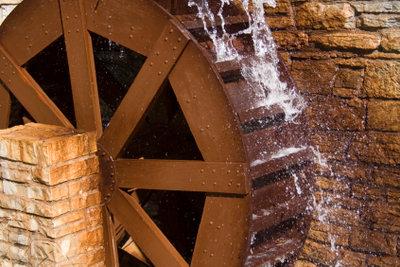 Wasserräder erzeugen Strom für den Eigenbedarf.