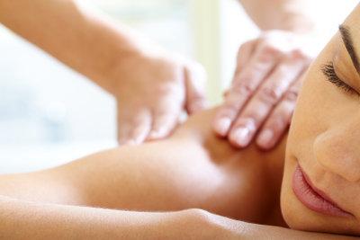 Eine Massage entspannt Geist und Körper.