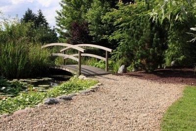 Fertigen Sie eine kleine Teichbrücke.
