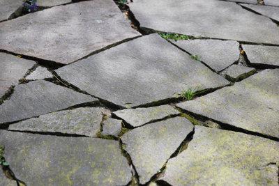 Mit Polygonalplatten ein natürliches Ambiente schaffen.