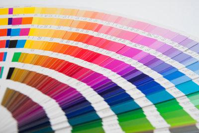 Farbkarten dienen als Entscheidungshilfe zur Wandgestaltung.