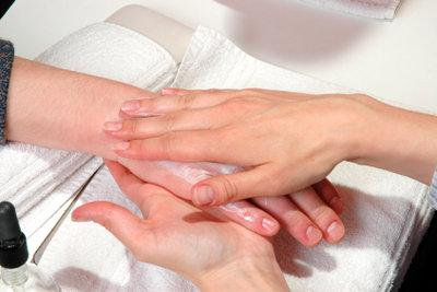 Ein schwarzer Fingernagel ist meist harmlos.