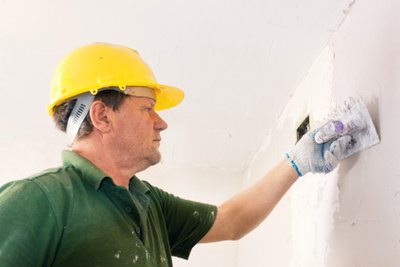 So renovieren Sie Wände mit Feinputz.