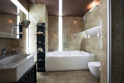 Ein Spiegelschrank wertet das Badezimmer auf.