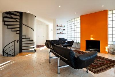 Orange im Kaminbereich wirkt freundlich erwärmend.